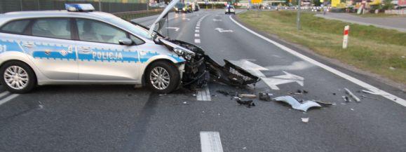 Pojazd nie zatrzymał się do kontroli. Mężczyzna uderzył swoim samochodem w radiowóz