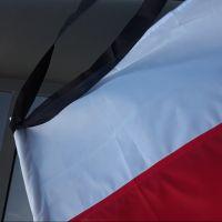Na znak żałoby flagi przed urzędem miasta opuszczone