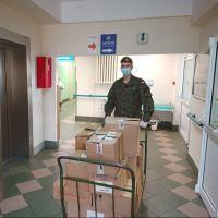 Pełnią służby w Szpitalach, monitorują osoby na kwarantannie, dostarczają środki ochrony osobistej.